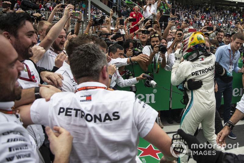 Lewis Hamilton, Mercedes AMG F1 fête sa victoire avec ses mécaniciens dans le Parc Fermé