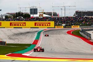 Kimi Raikkonen, Ferrari SF71H, precede Sebastian Vettel, Ferrari SF71H