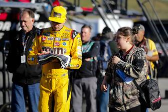 Kyle Busch, Joe Gibbs Racing, Toyota Camry M&M's Halloween con una tifosa