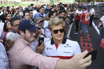 Marcus Ericsson, Sauber, prend un selfie avec des fans