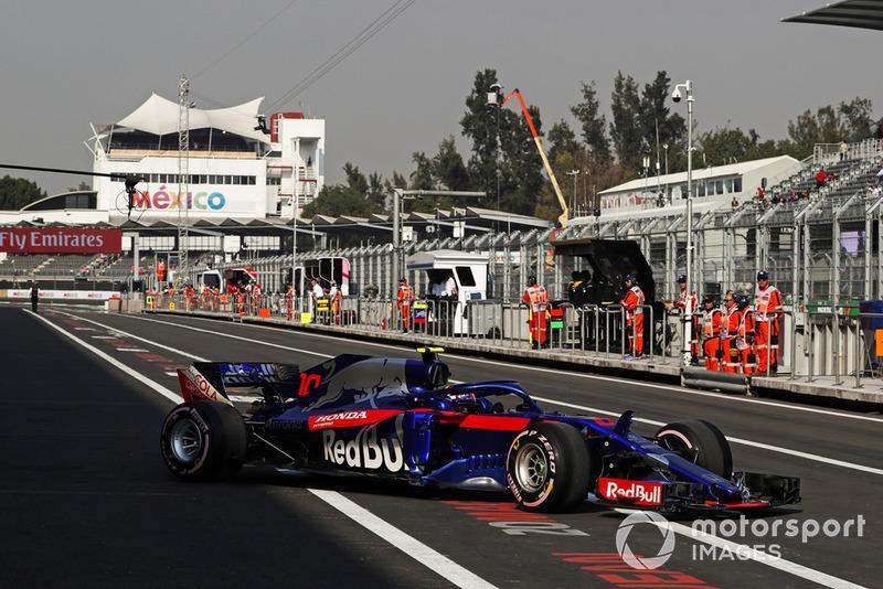 Pierre Gasly, Scuderia Toro Rosso STR13, in the pit lane