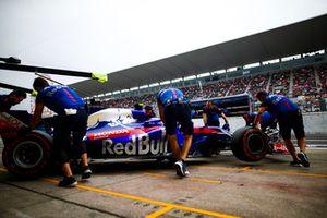 Pierre Gasly, Scuderia Toro Rosso STR13, rentre au stand