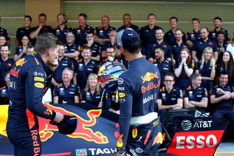 Max Verstappen, Red Bull Racing en Daniel Ricciardo, Red Bull Racing tijdens de Red Bull Racing teamfoto