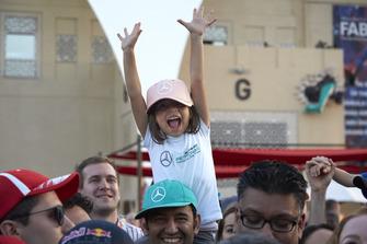 Une jeune fan de Lewis Hamilton, Mercedes AMG F1