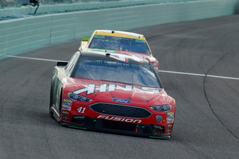 Kevin Harvick, Stewart-Haas Racing, Ford Fusion Jimmy John's e Kyle Busch, Joe Gibbs Racing, Toyota Camry M&M's