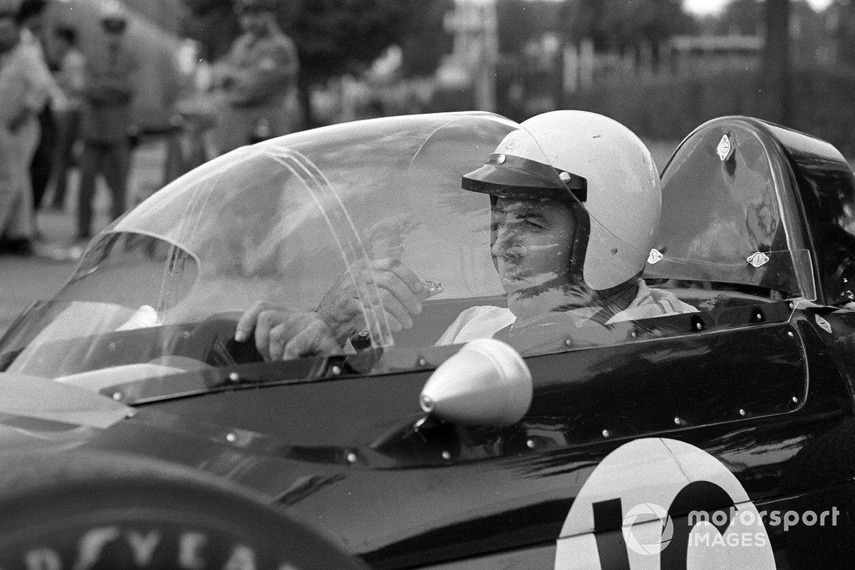 Кроме того, Brabham опробовала защитный колпак кокпита с прорезью на уровне глаз гонщика. Джек Брэбэм полностью увлечен испытаниями – он ест мороженое