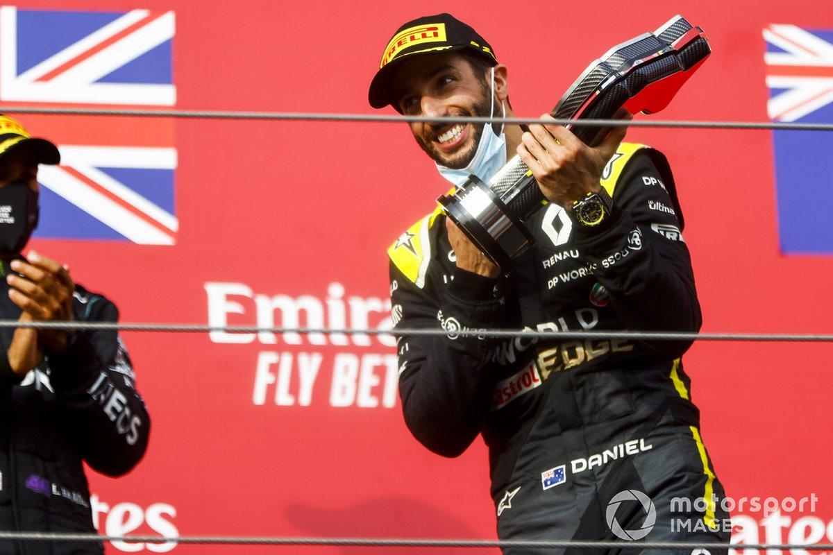Daniel Ricciardo, Renault F1 festeggia sul podio con il trofeo