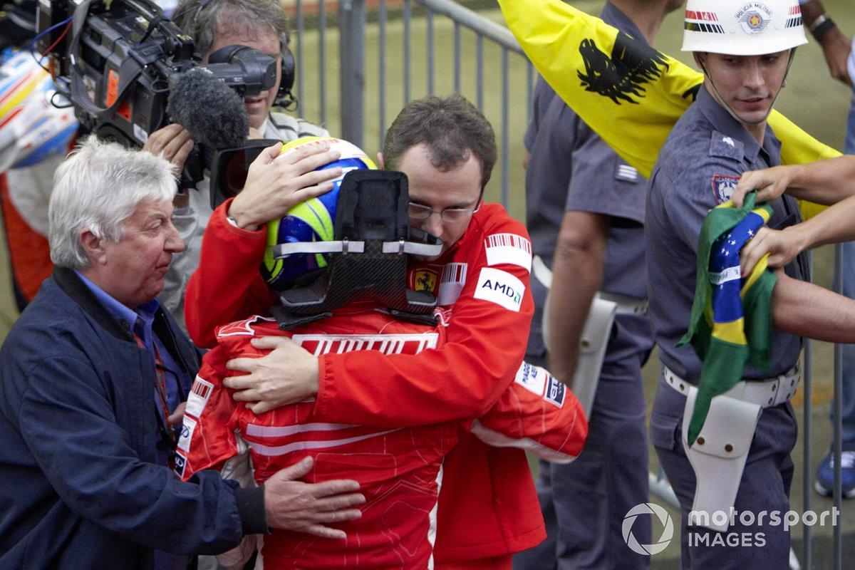 Stefano Domenicali, de Ferrari, y Herbie Blash, de la FIA consuelan a Felipe Massa tras la carrera