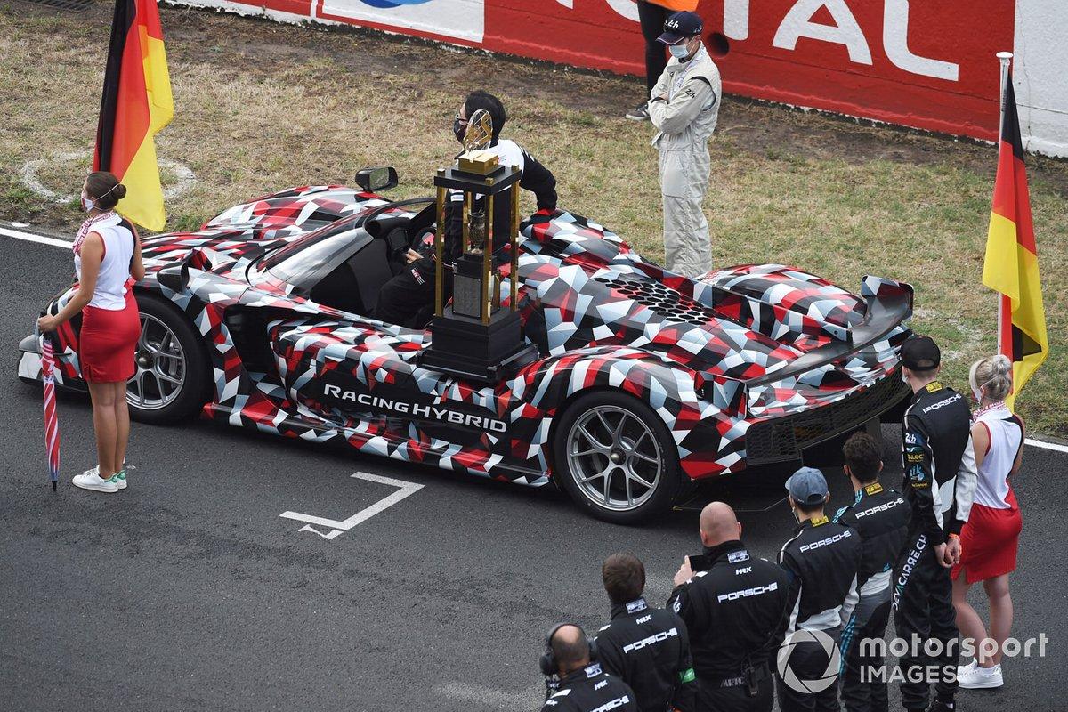 El trofeo de las 24 horas de Le Mans se entrega en un Toyota Hypercar