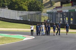 Daniil Kvyat, AlphaTauri walks the track with his engineers