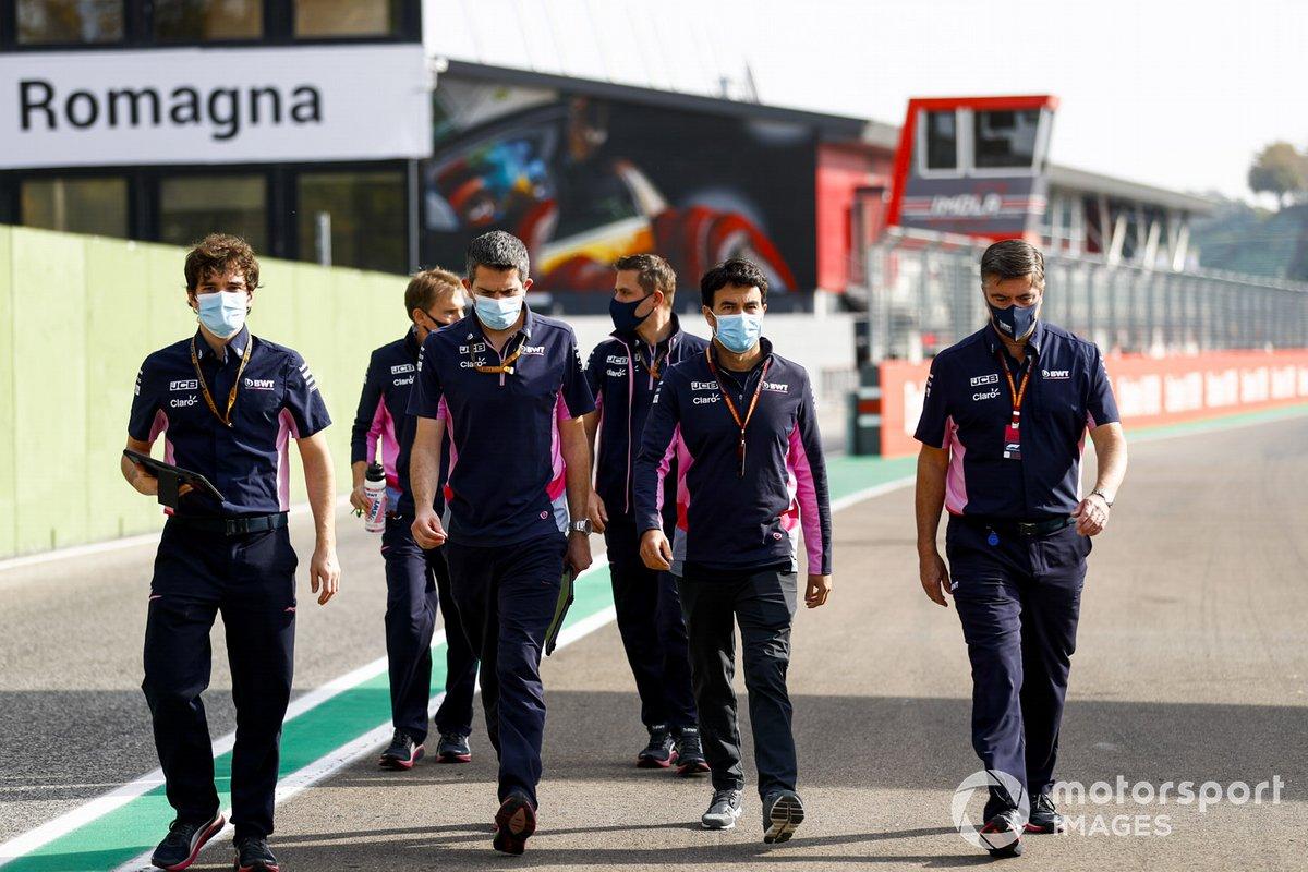 Sergio Perez, Racing Point, Andy Stevenson, Direttore sportivo, Racing Point e compagni di squadra camminano sulla pista