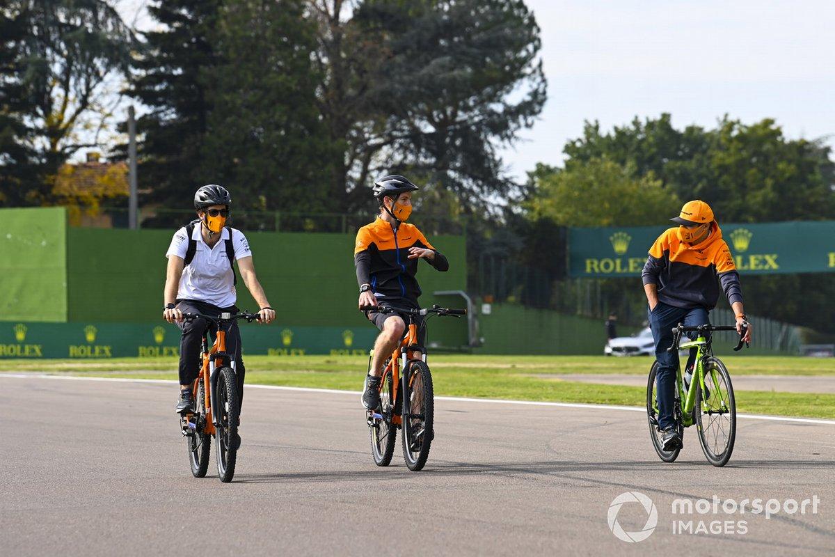 Lando Norris, McLaren, fa un giro del circuito con i compagni di squadra