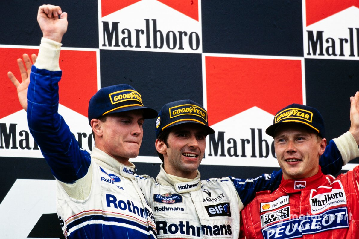 1994: Podio: el ganador Damon Hill, Williams, segundo clasificado David Coulthard, Williams, tercero Mika Häkkinen, McLaren