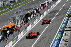 Sebastian Vettel, Ferrari SF1000, Charles Leclerc, Ferrari SF1000, dans la voie des stands