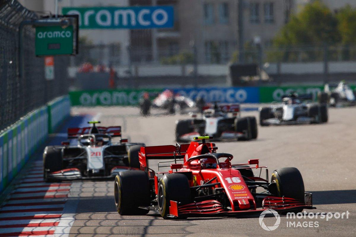 Charles Leclerc, Ferrari SF1000, Kevin Magnussen, Haas VF-20, e Romain Grosjean, Haas VF-20
