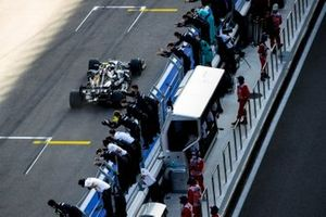 Race Winner Valtteri Bottas, Mercedes F1 W11 crosses the line to his team celebrating