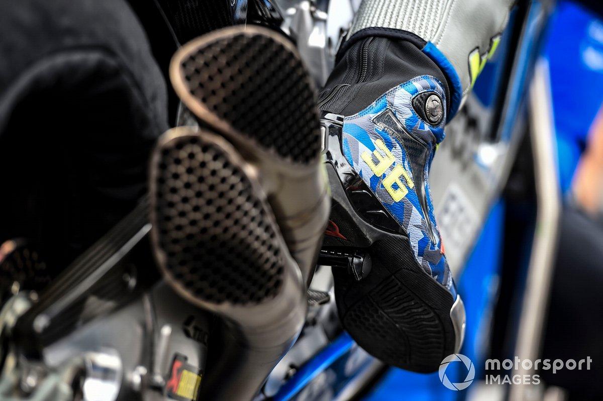 Detalle de la bota y el escape de la moto de Joan Mir, Team Suzuki MotoGP