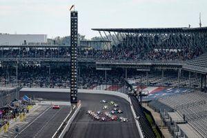 Will Power, Team Penske Chevrolet, Colton Herta, Andretti Harding Steinbrenner Autosport Honda, Alexander Rossi, Andretti Autosport Honda lead the field to the green flag