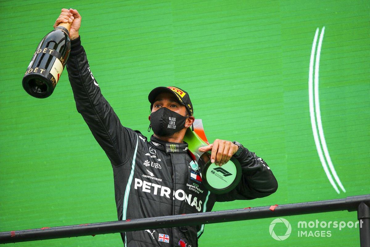 Il vincitore Lewis Hamilton, Mercedes-AMG F1 festeggia sul podio la 92esima vittoria in F1