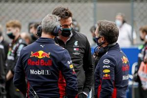 Toto Wolff, Executive Director (Business), Mercedes AMG, and Christian Horner, Team Principal, Red Bull Racing, on the grid