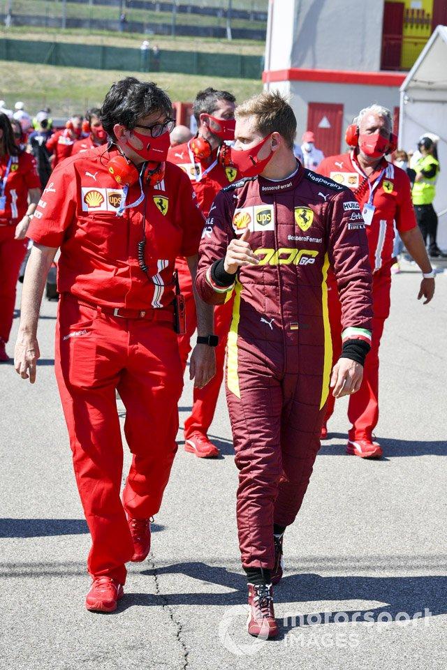 Mick Schumacher es informado por el personal de Ferrari antes de conducir el Ferrari F2004, ganador del campeonato de su padre