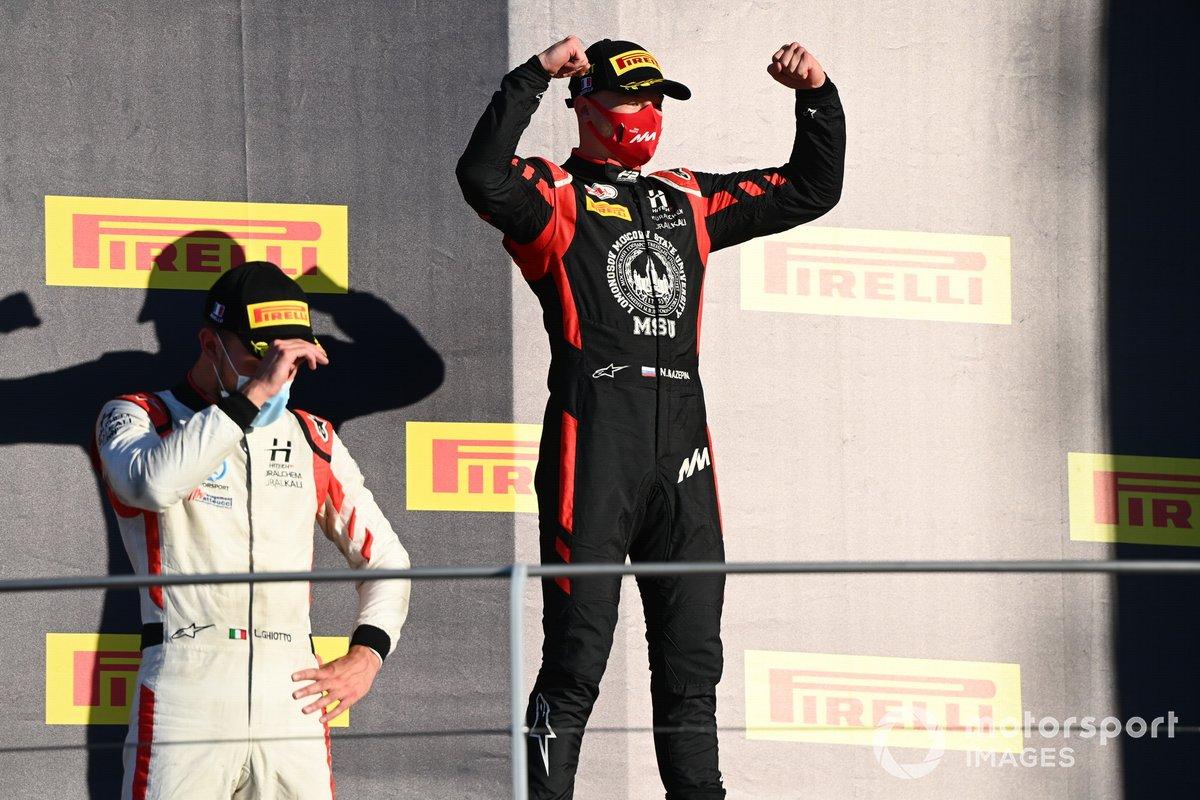Nikita Mazepin, Hitech Grand Prix, primo classificato, e Luca Ghiotto, Hitech Grand Prix, festeggiano sul podio