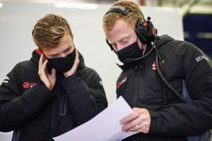 Callum Ilott, Haas F1 in discussion with a member of the team