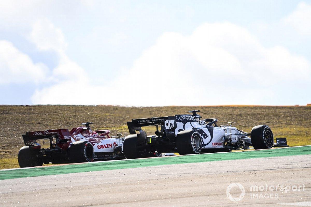 Kimi Raikkonen, Alfa Romeo Racing C39, e Daniil Kvyat, AlphaTauri AT01