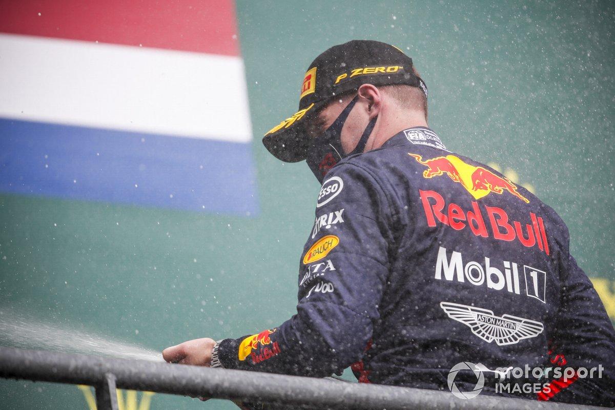 Max Verstappen, Red Bull Racing festeggia sul podio con lo champagne