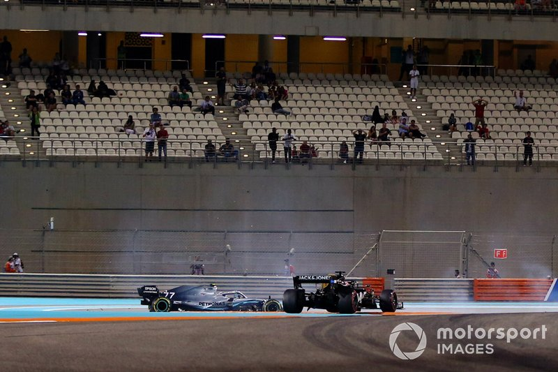 Valtteri Bottas, Mercedes AMG W10, choca con Romain Grosjean, Haas F1 Team VF-19