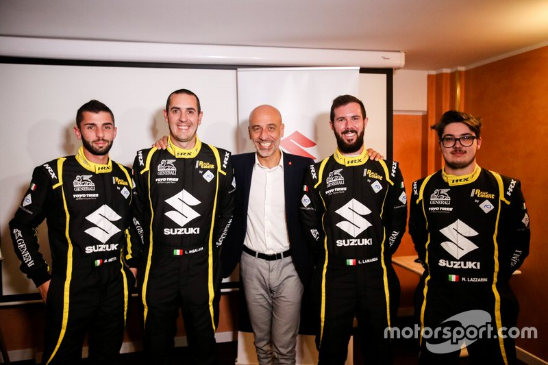 I partecipanti a Rally Italia Talent: Marco Betti, Luca Insalata, Lorenzo Lamanda e Nicolò Lazzarini, con Massimo Nalli, Presidente Suzuki Italia