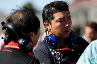 Toro Rosso mechanic on the grid with Toyoharu Tanabe, F1 Technical Director, Honda
