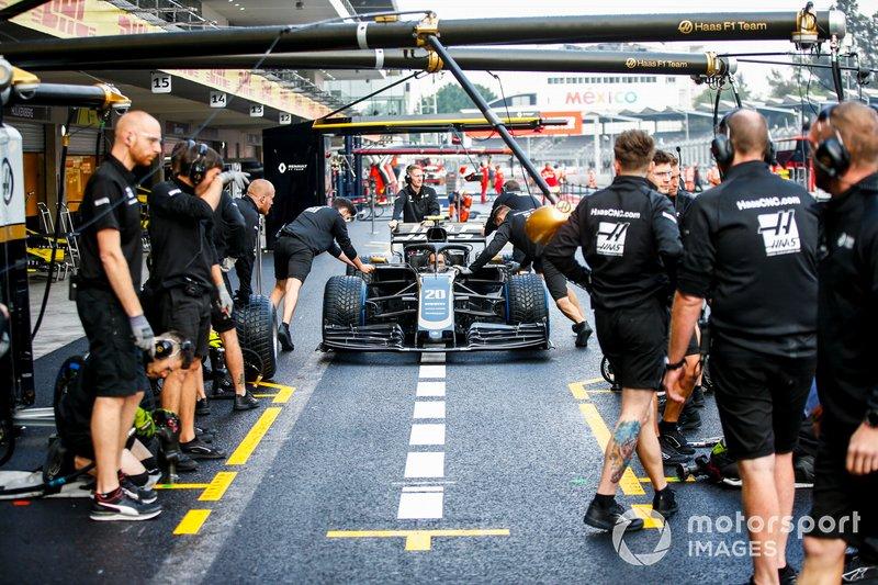 Команда Haas F1 отрабатывает процедуру пит-стопа