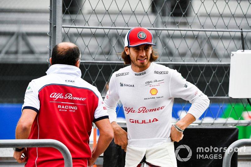 Antonio Giovinazzi, Alfa Romeo Racing e Frederic Vasseur, Team Principal, Alfa Romeo Racing sul pit wall