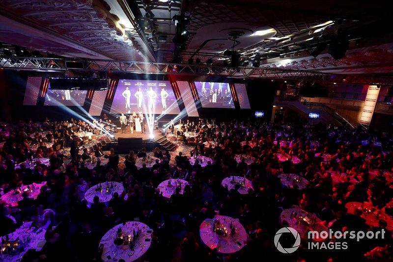 Enaam Ahmed, Jamie Chadwick, Johnathan Hoggard en Ayrton Simmons op het podium voor de BRDC Young Driver of the Year award