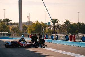 Les mécaniciens poussent Felipe Massa, Venturi, EQ Silver Arrow 01 dans le garage