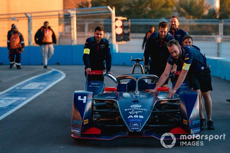 Mechanics push the car of Robin Frijns, Virgin Racing, Audi e-tron FE06 through the pit lane