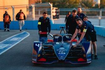 Meccanici spingono l'auto di Robin Frijns, Virgin Racing, Audi e-tron FE06 in pit lane