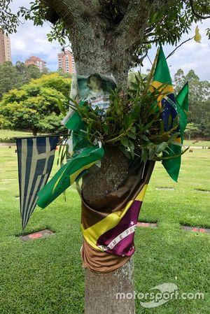 Banderas y fotos de un fan de Senna en el cementerio de Sao Paulo
