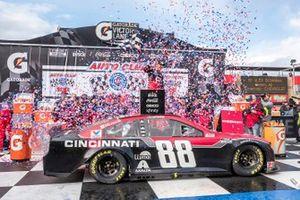 Победитель гонки Алекс Боуман, Hendrick Motorsports, Chevrolet Camaro