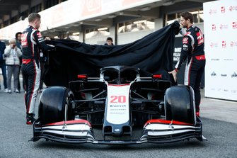 Kevin Magnussen, Haas F1 Team and Romain Grosjean, Haas F1 Team, unveil the VF-20