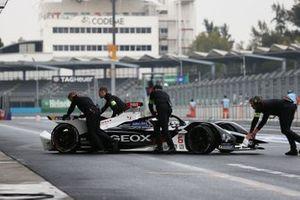 Mekanikerler Brendon Hartley'nin aracını garaja itiyor, Dragon Racing, Penske EV-4