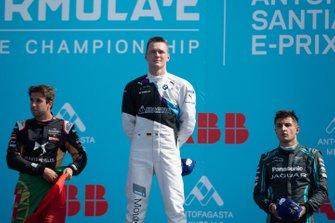 Il vincitore della gara Maximilian Günther, BMW I Andretti Motorsports sul podio con Antonio Felix da Costa, DS Techeetah, 2° posto, Mitch Evans, Jaguar Racing, 3° posto