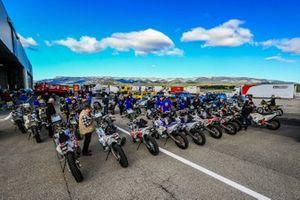 Les concurrents moto lors des vérifications au Castellet, France