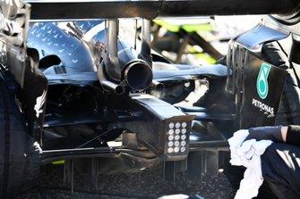 Detalles de escape, luz y difusor en el coche de Valtteri Bottas, Mercedes AMG W10