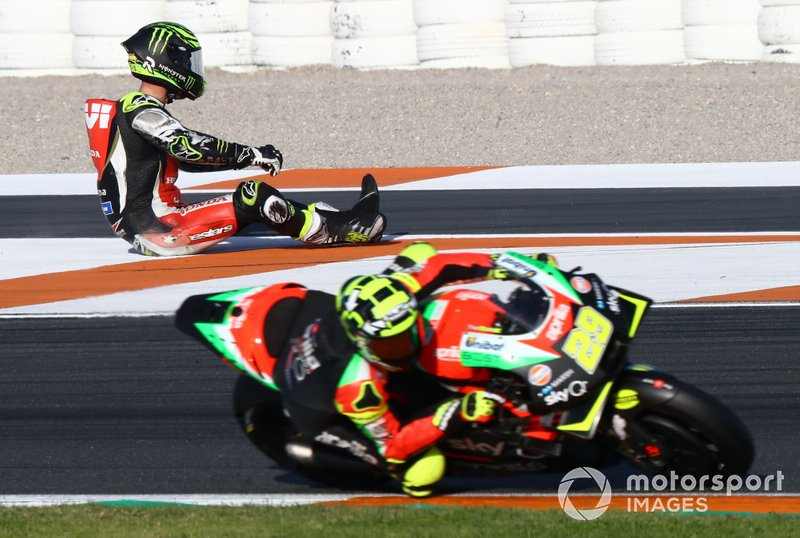 Andrea Iannone, Aprilia Racing Team Gresini passes Cal Crutchlow, Team LCR Honda dopo l'incidente