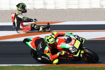 Andrea Iannone, Aprilia Racing Team Gresini passes Cal Crutchlow, Team LCR Honda after crash