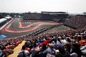 Nico Rosberg, Mercedes F1 W06, precede Lewis Hamilton, Mercedes F1 W06, al GP del Messico del 2015