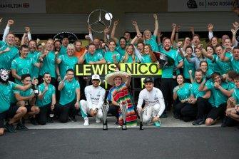 Lewis Hamilton, Mercedes AMG, 1ra posición, Tony Walton, Spares Co Ordinator, Mercedes AMG, Nico Rosberg, Mercedes AMG, 2da posición, y el equipo Mercedes AMG celebran un final 1-2