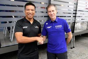 Razlan Razali, fundador y director del equipo RNF Racing con Lin Jarvis. Director general de Yamaha Motor Racing